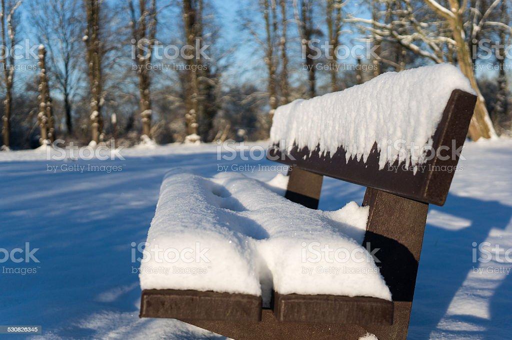 Panca in legno copertina da neve foto stock royalty-free
