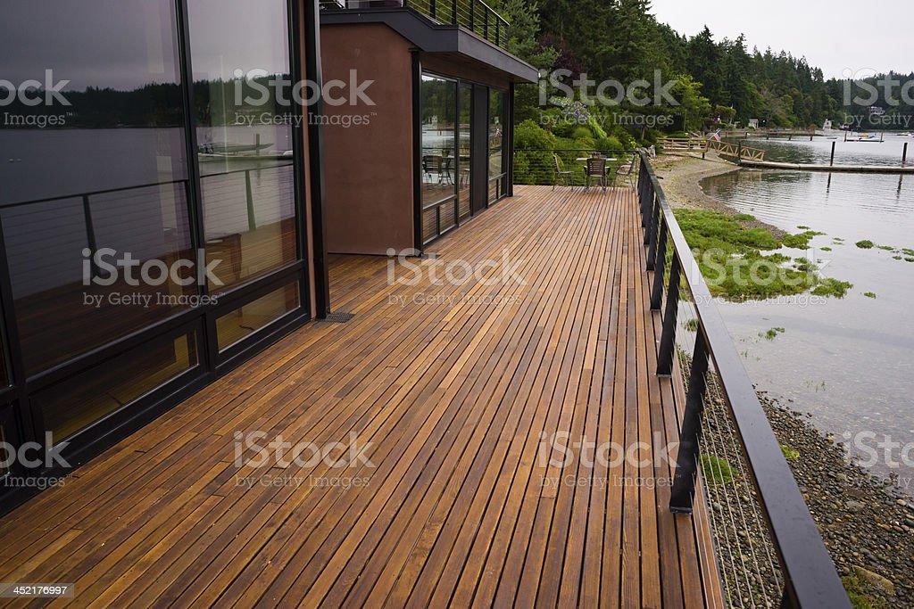 tabln de madera en el patio de la terraza junto a la playa de casa