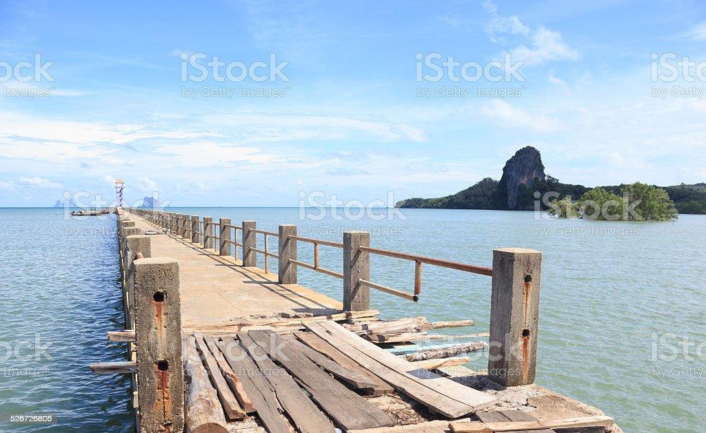 Деревянные и мост в сторону моря найти место Стоковые фото Стоковая фотография