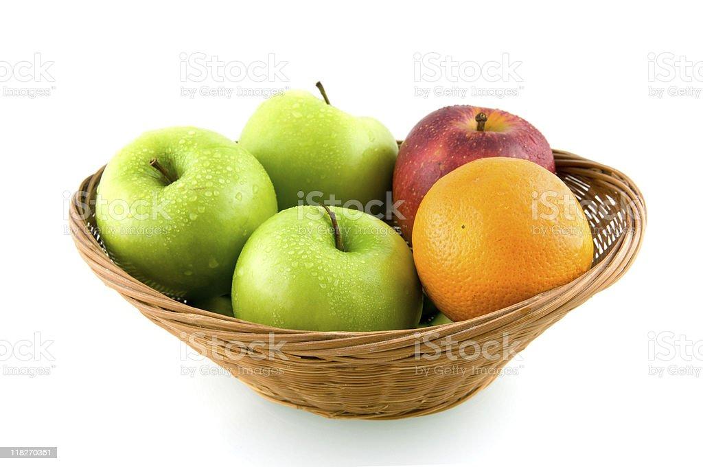 Panier en bois avec mélange de fruits photo libre de droits