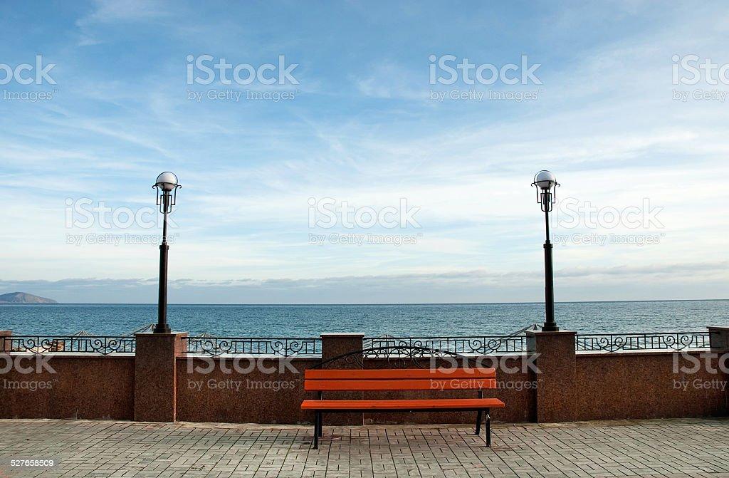 Banc en bois face à la mer photo libre de droits