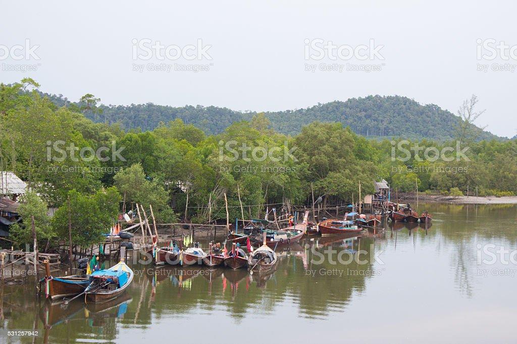 Деревянная лодка в рыбацкий поселок парк на причал Стоковые фото Стоковая фотография