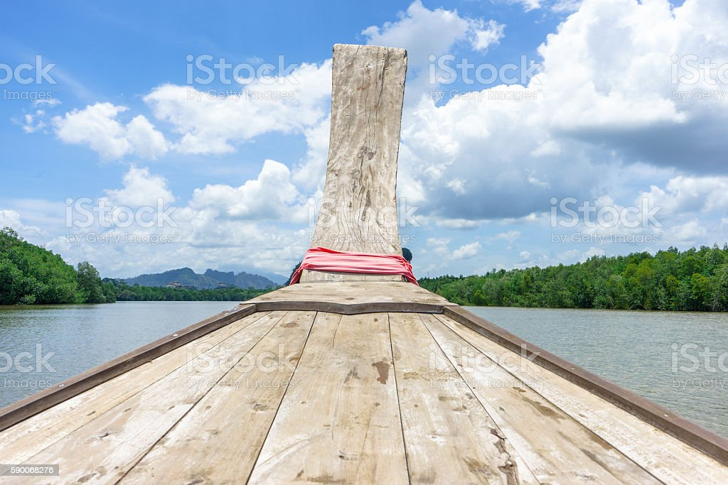 Wooden boat in river with forest, mountain and cloudy sky photo libre de droits