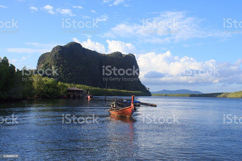 Деревянная лодка в синем море воды и солнца свет отражать Стоковые фото Стоковая фотография
