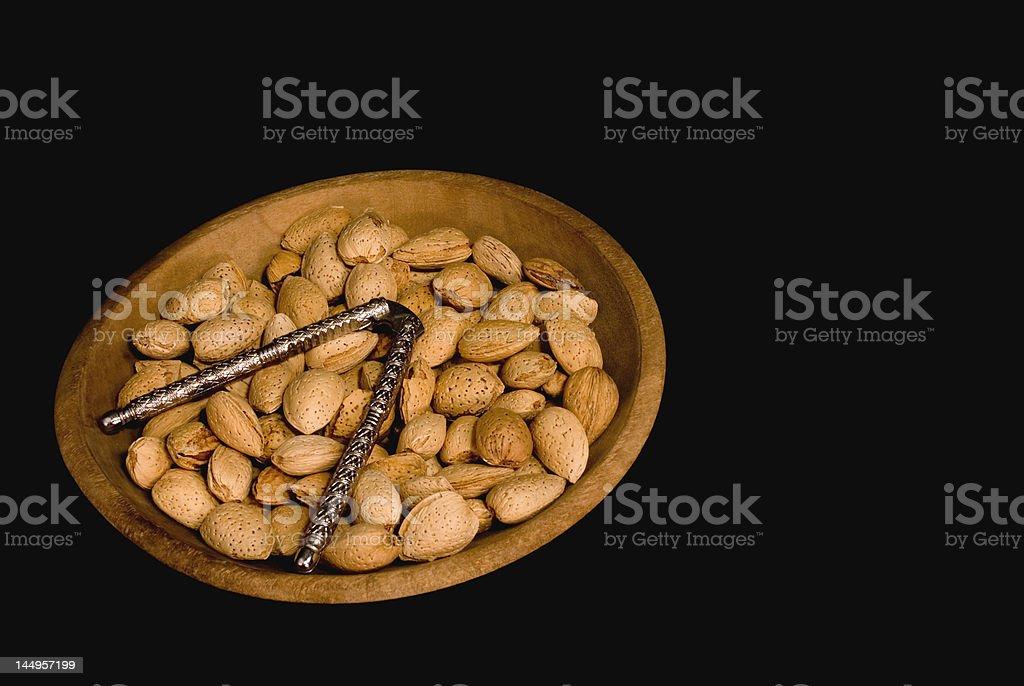Tigela de madeira com amêndoas In The Shell foto royalty-free