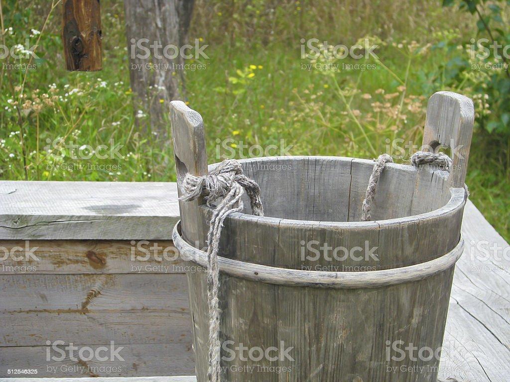 Деревянные ведро на старый хорошо Стоковые фото Стоковая фотография