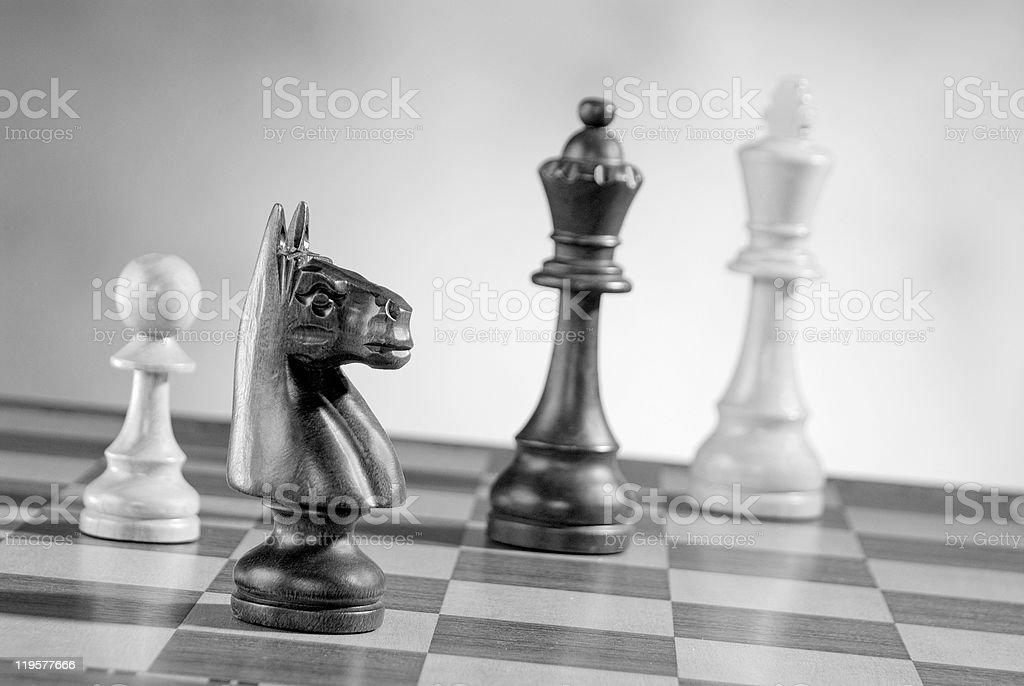 Ajedrez en el tablero de madera juego de piezas foto de stock libre de derechos