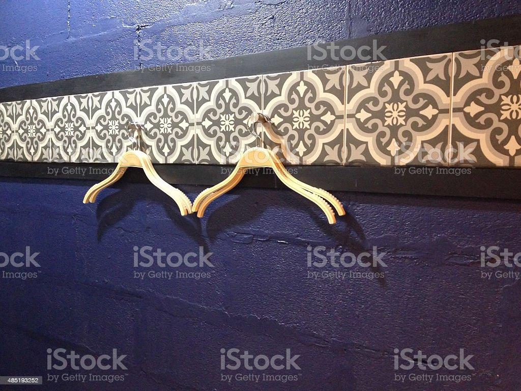 Деревянные hanger пальто с голубой тени стены Стоковые фото Стоковая фотография