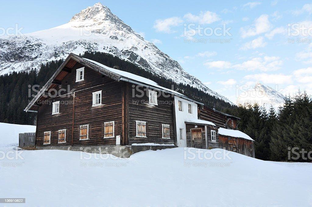 Devant de maison en bois dans les montagnes de l'hiver photo libre de droits