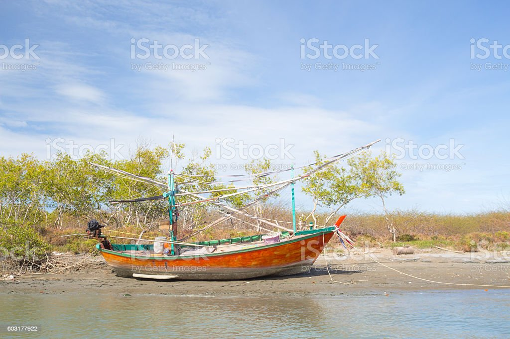 wooden  long tail fishing boat floating morning clearly warm sunset Стоковые фото Стоковая фотография