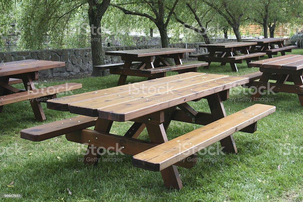 Des Tables de pique-nique en bois photo libre de droits