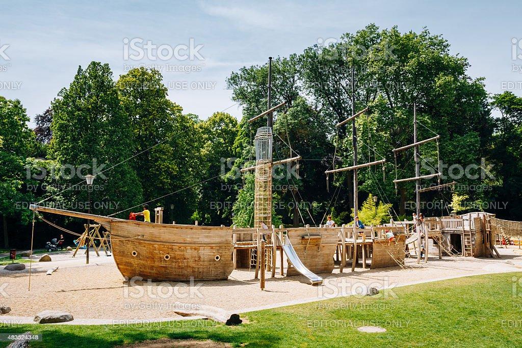 madera con barco pirata con forma de parque de juegos para nios en foto de stock