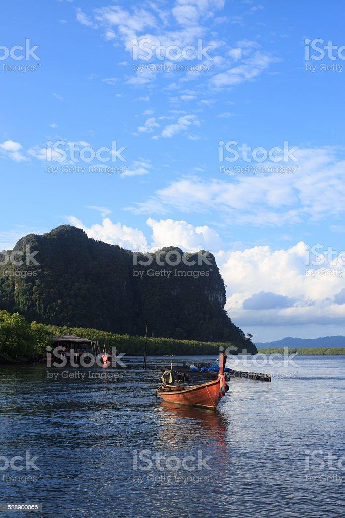 Деревянные гребной лодке на голубой морской воды, солнца свет отражать Стоковые фото Стоковая фотография