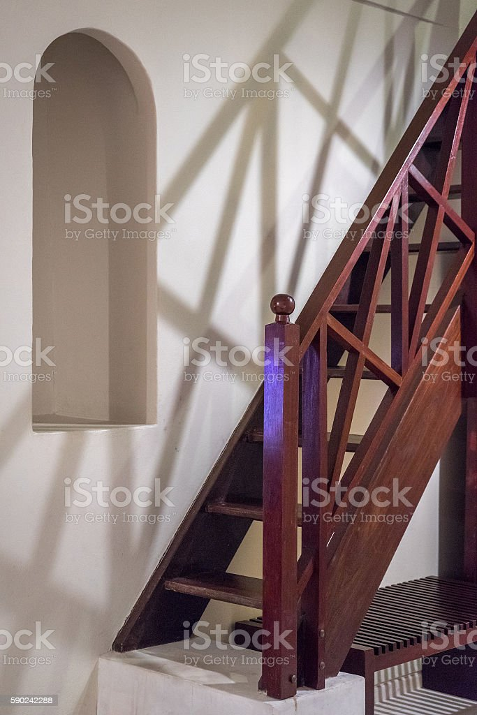 Wooden stairs and shadow on white wall photo libre de droits