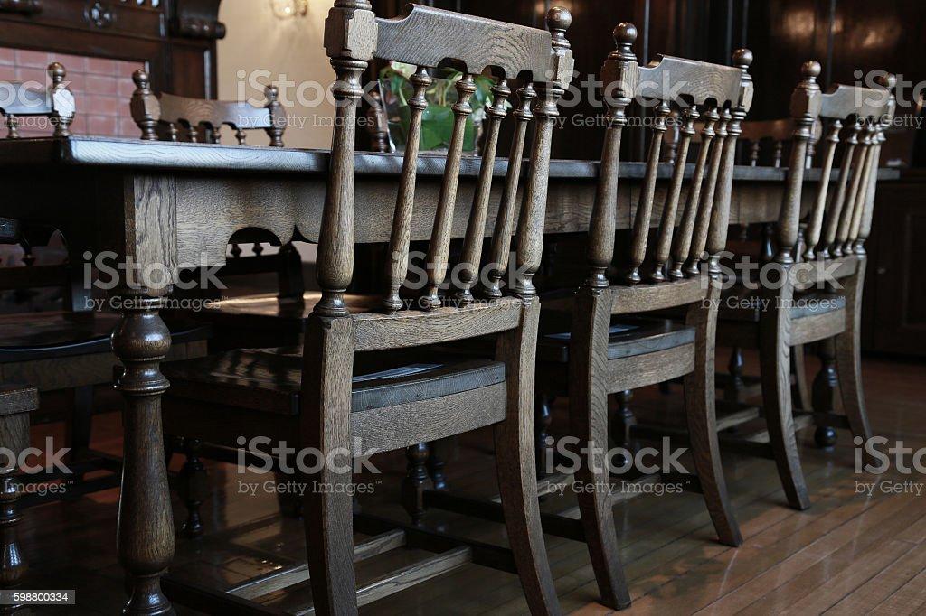Mesa de madera y silla  foto de stock libre de derechos