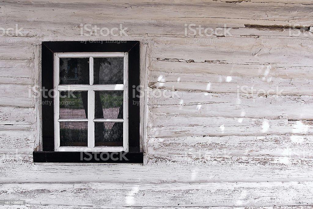 Pared de madera de registros con ventana como un fondo textura foto de stock libre de derechos