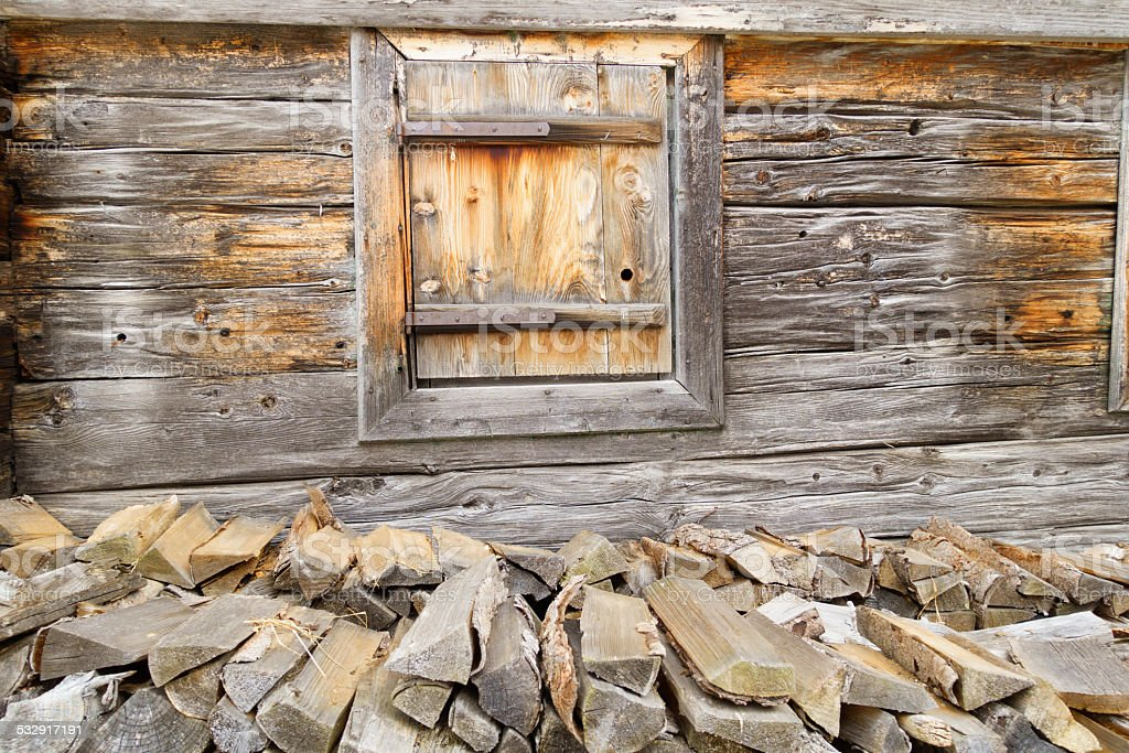 Holzfenster und Brennholz stock photo