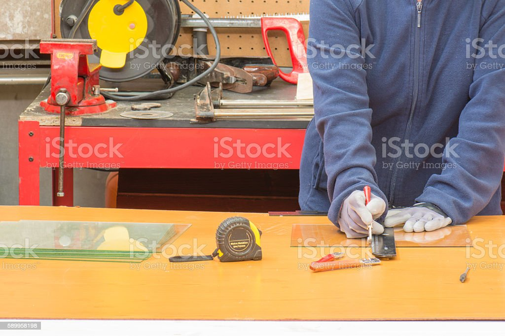trabajador cortando cristal photo libre de droits