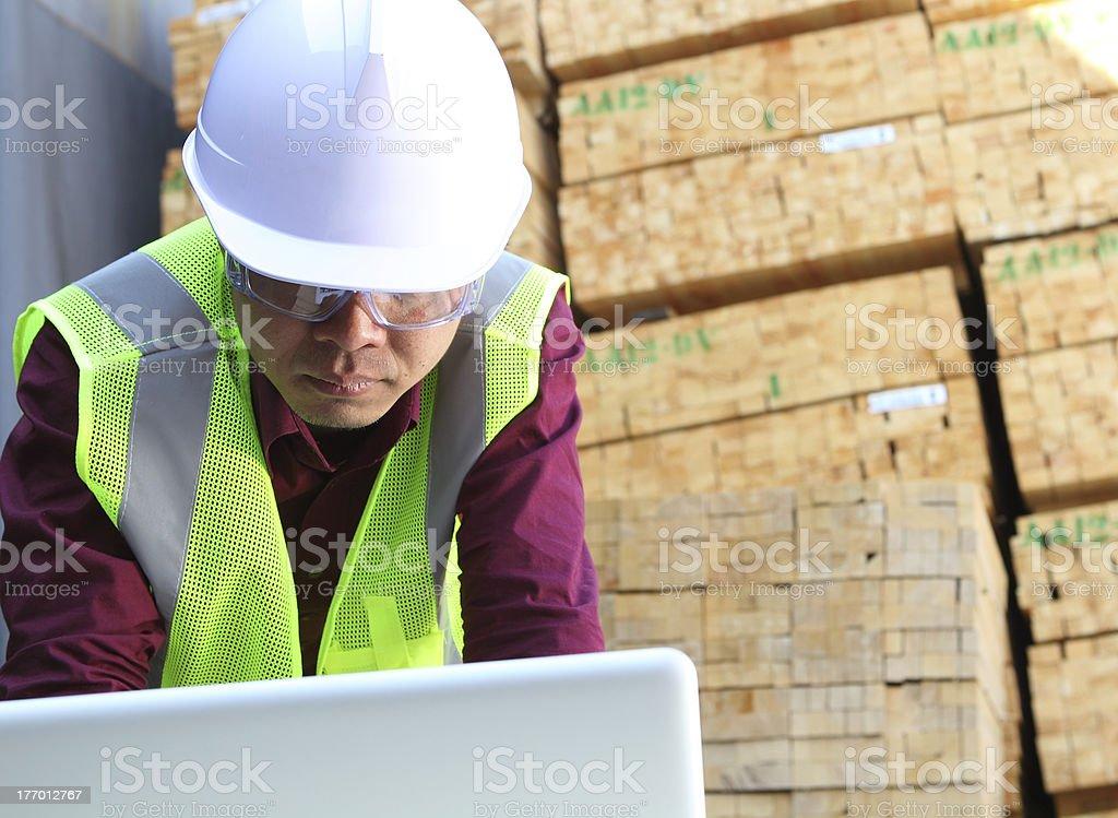 Arbeiter mit laptop Lizenzfreies stock-foto
