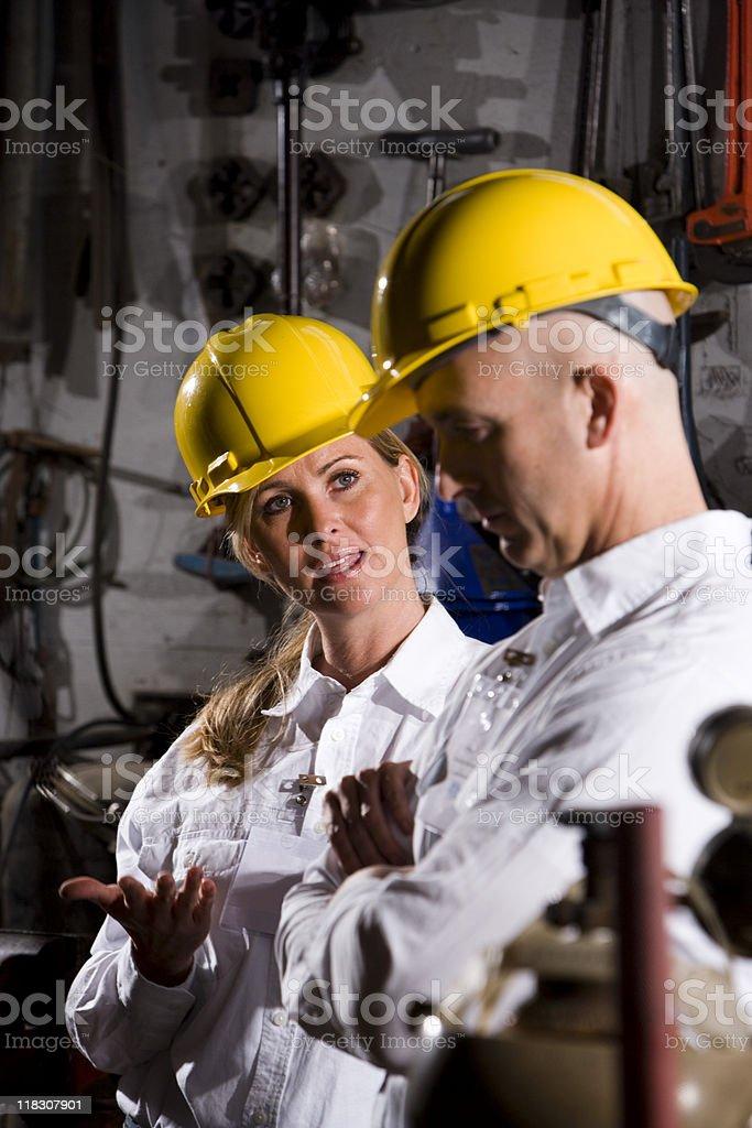 Trabajadores usa hardhats conversa foto de stock libre de derechos