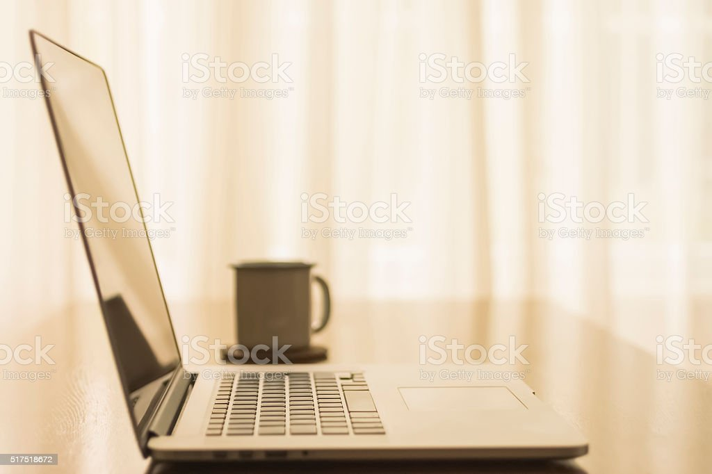 Ruptura De Trabajo Con Computadora Portátil En La Oficina Stock Foto ...