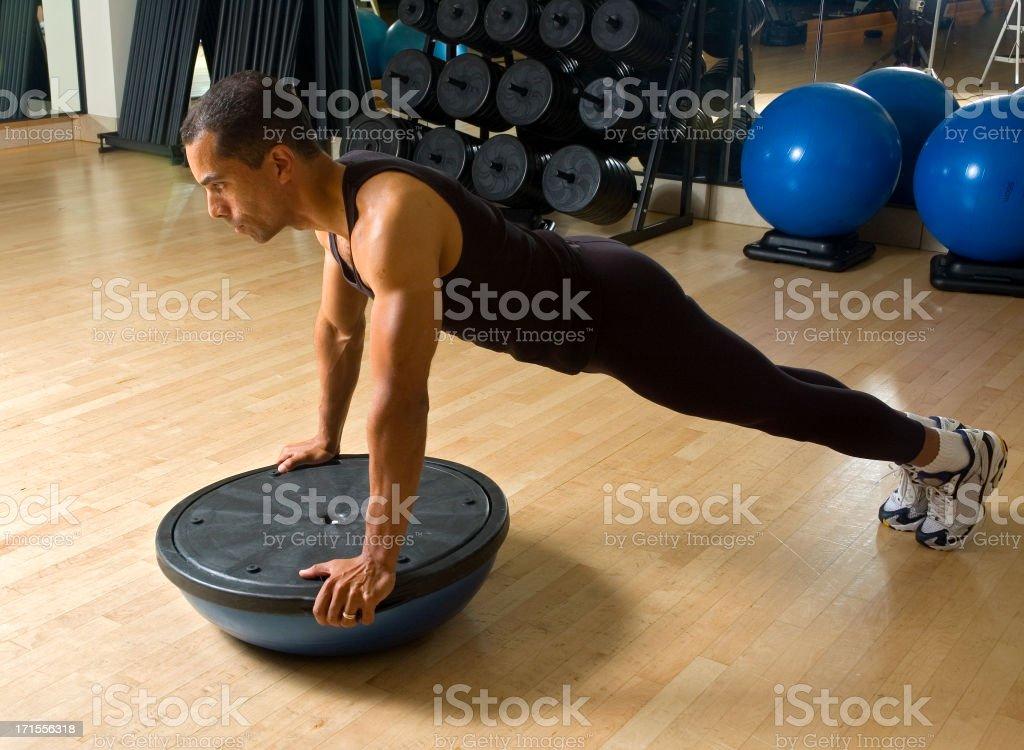 Allenamento con Bosu sfera equilibrio Trainer foto stock royalty-free