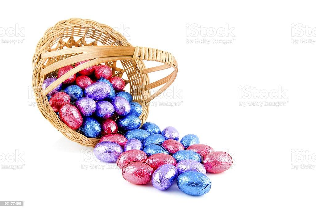 Panier avec oeufs de Pâques tissé photo libre de droits