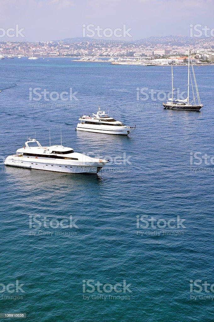 Yachts en face de Cannes photo libre de droits