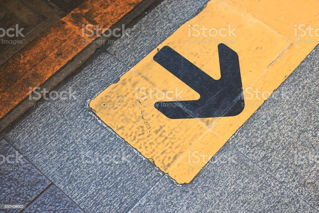Желтый стрелки направления на асфальт, поверните на спине Стоковые фото Стоковая фотография