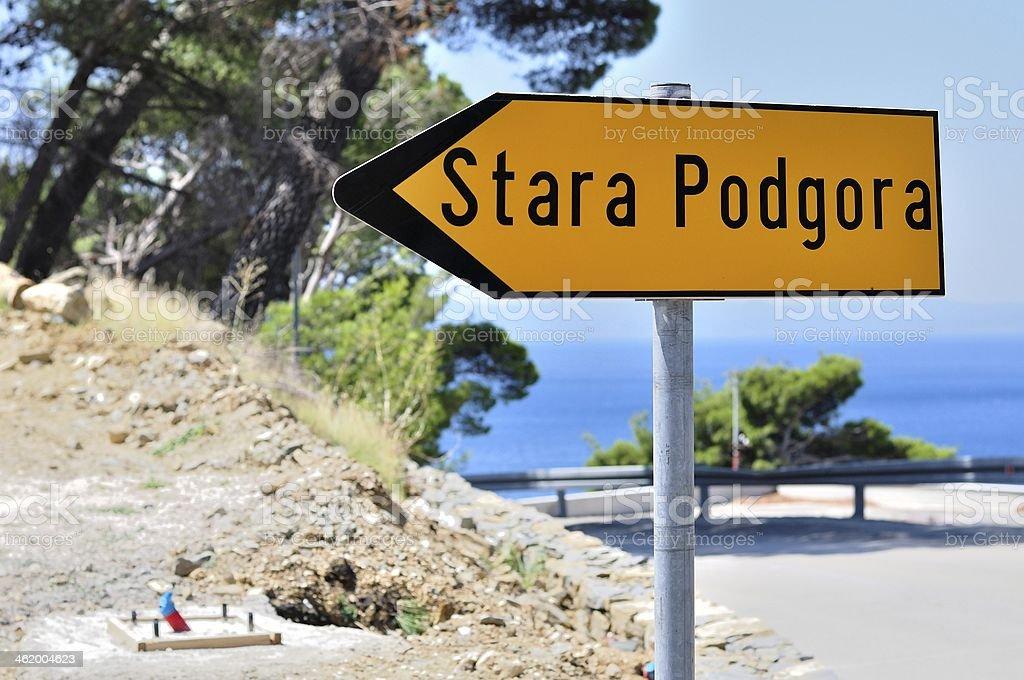 Żółty kierunkowe Znak drogowy z słowo Stara Podgora zbiór zdjęć royalty-free