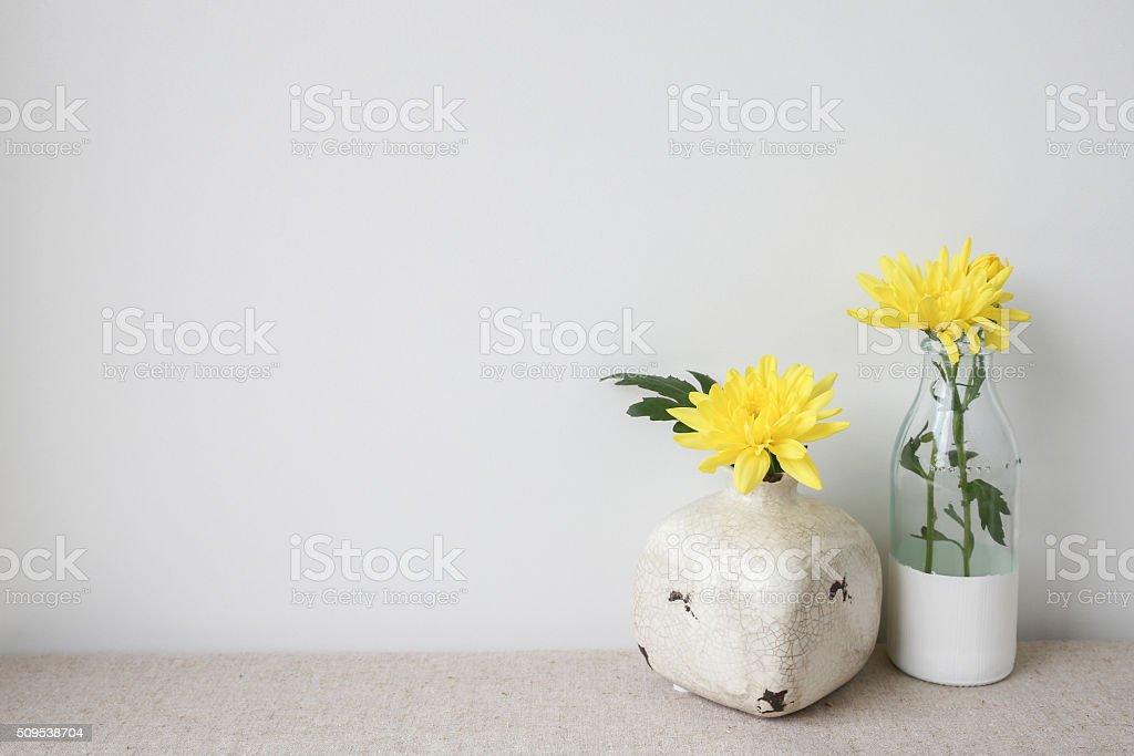 gelbe blumen in glas flasche und vase startseite dekoration, Best garten ideen