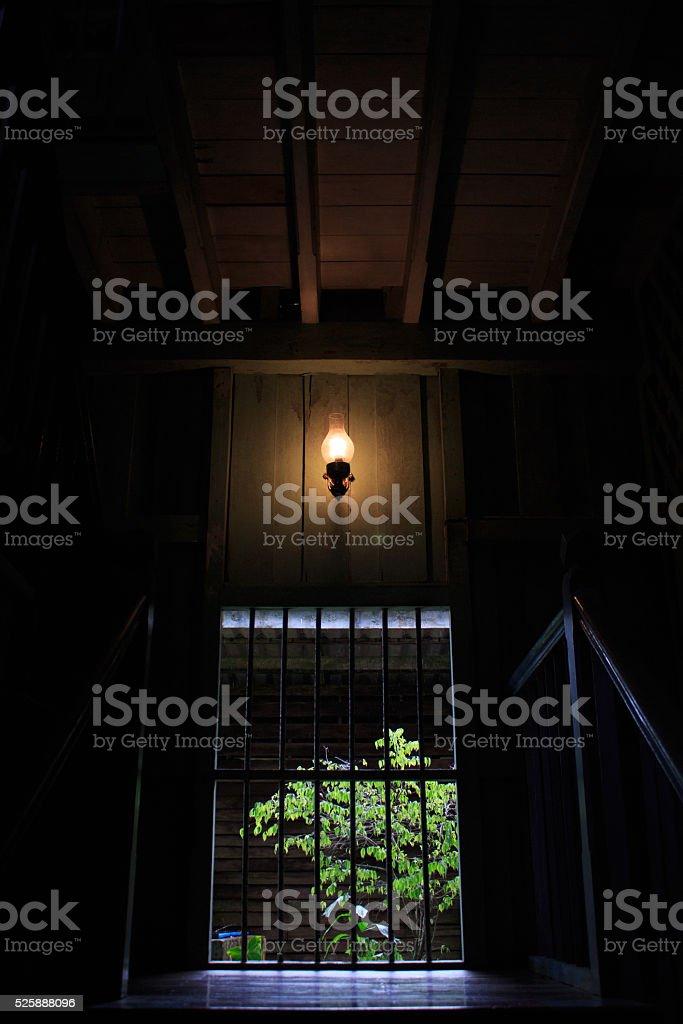 Желтый свет лампы накаливания на Лестница в доме, в темноте Стоковые фото Стоковая фотография