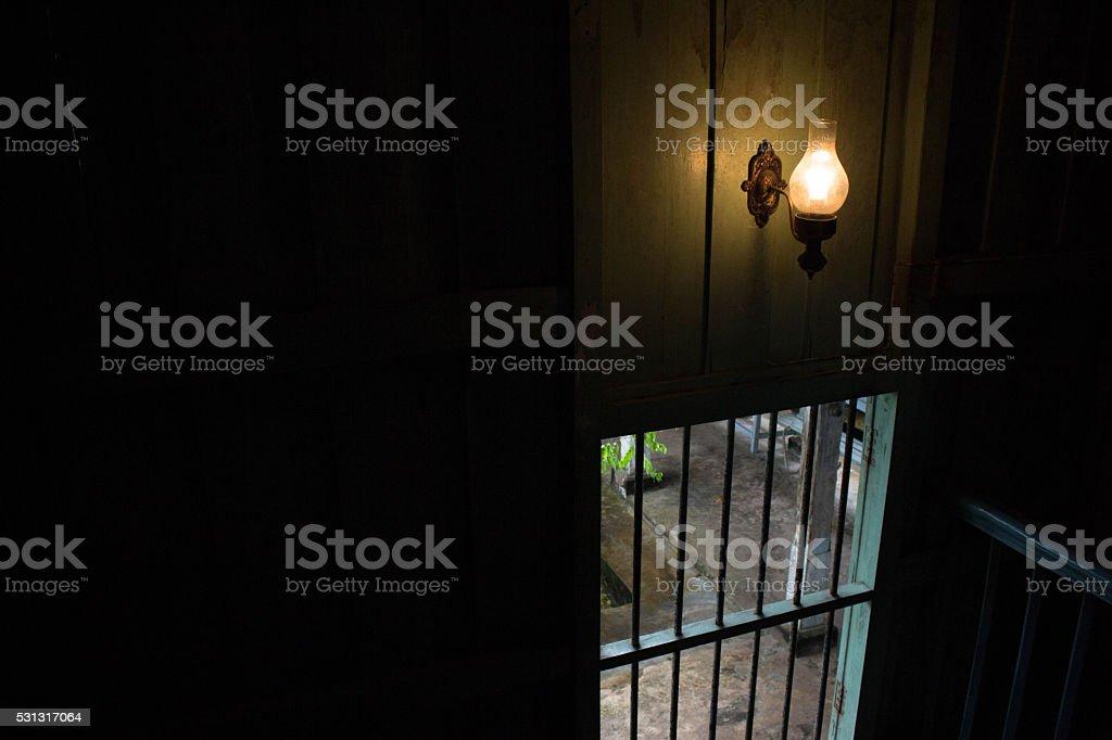 Желтый свет лампы накаливания на лестнице в дом в темноте Стоковые фото Стоковая фотография