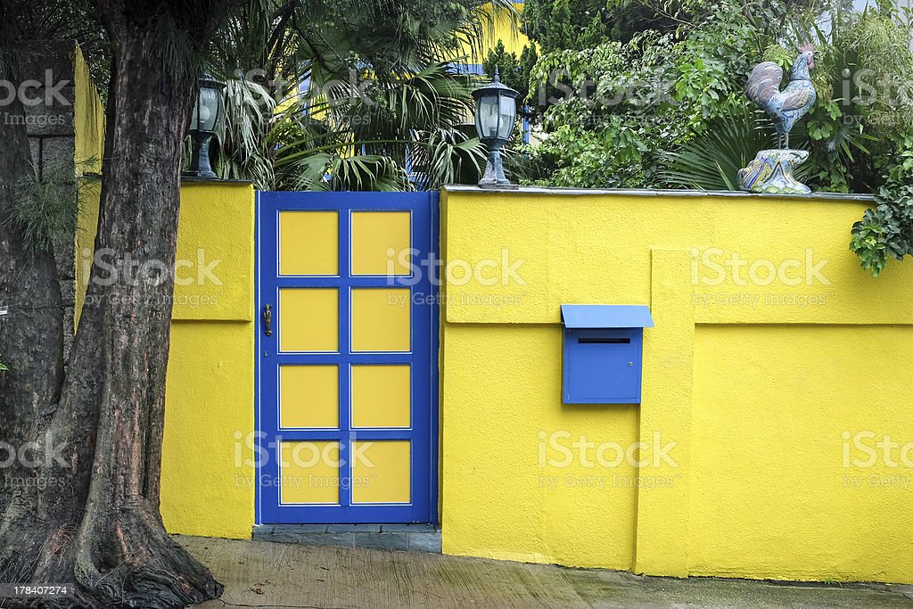 Amarillo pared y puerta de pendiente foto de stock libre de derechos