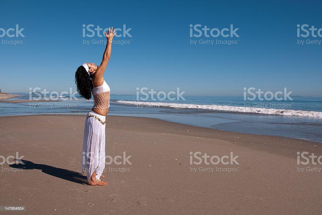 Yoga en la playa foto de stock libre de derechos