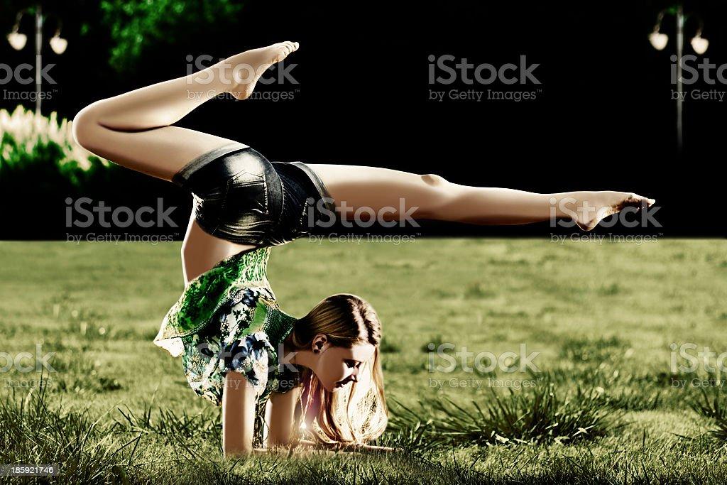Yoga exercice dans le parc de nuit photo libre de droits