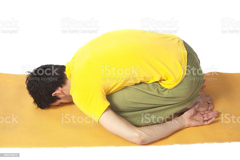 yoga man on yellow mat - zusammenkauern und Rückenübung Rundrücken stock photo