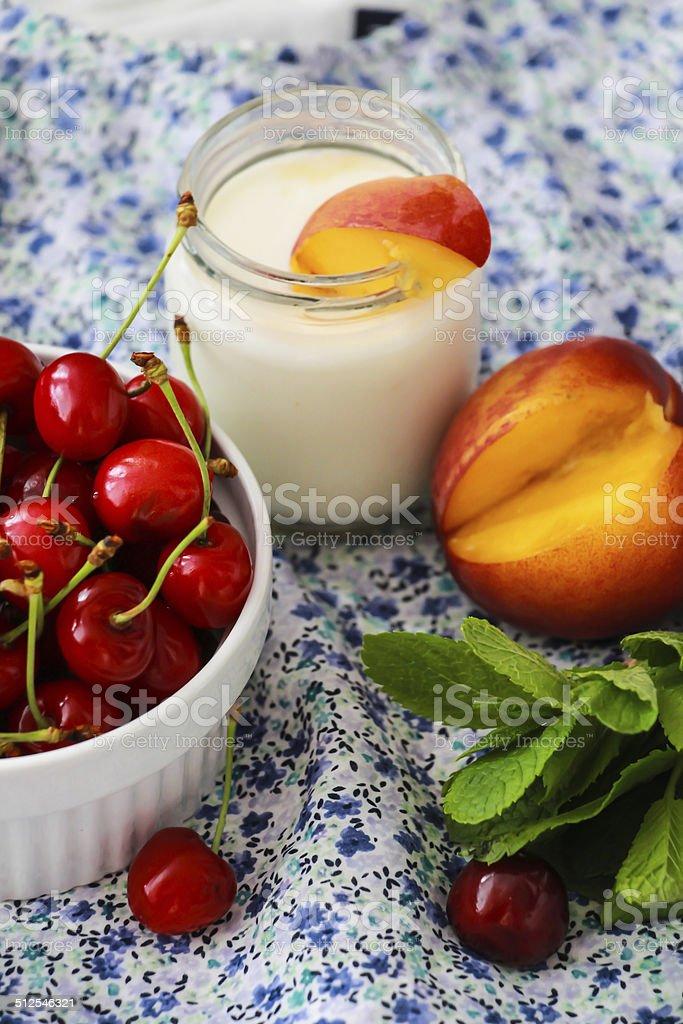 Персики и йогурт с вишнями и мята Стоковые фото Стоковая фотография