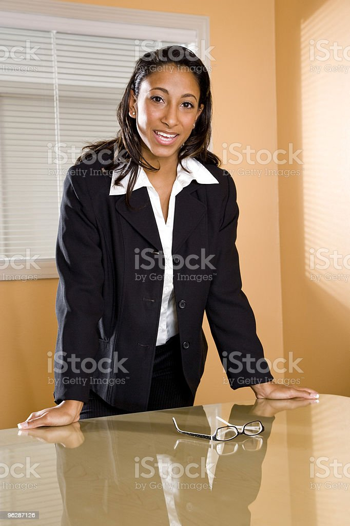 Young African-American mujer de pie en la oficina de la sala de juntas foto de stock libre de derechos