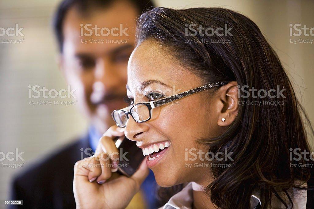 Young African-American mujer hablando por teléfono móvil foto de stock libre de derechos