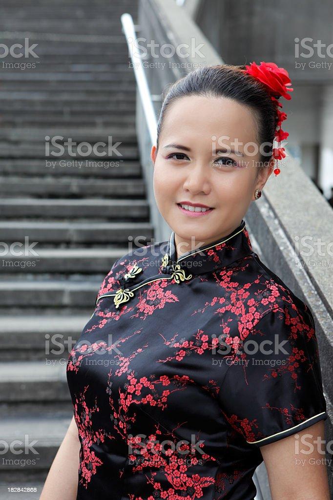 Junge asiatische Frau in chinesische Kleid mit Stufen Lizenzfreies stock-foto