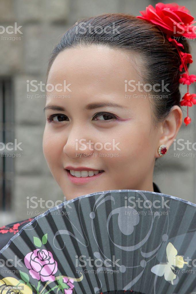Junge asiatische Frau in chinesische Kleid mit fan Lizenzfreies stock-foto