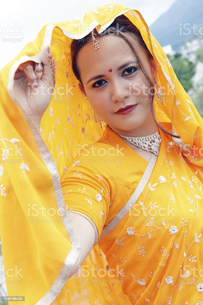 Junge asiatische Frau, die in Indischer sari Lizenzfreies stock-foto