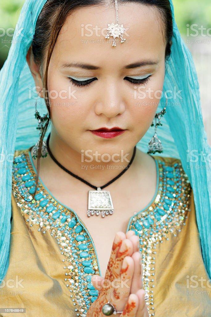 Junge asiatische Frau Beten Lizenzfreies stock-foto