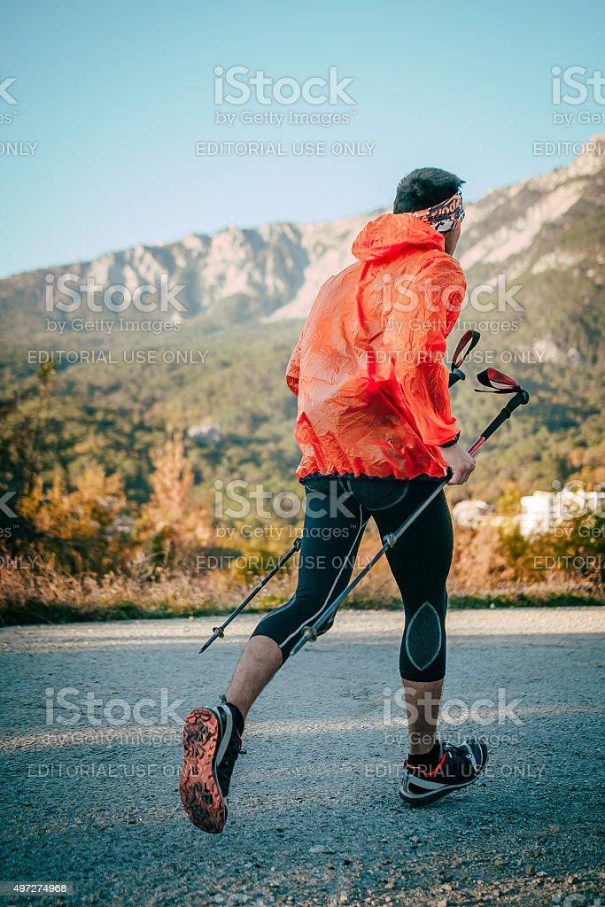 젊은 선수 man 실행 산 마라톤 도로 royalty-free 스톡 사진