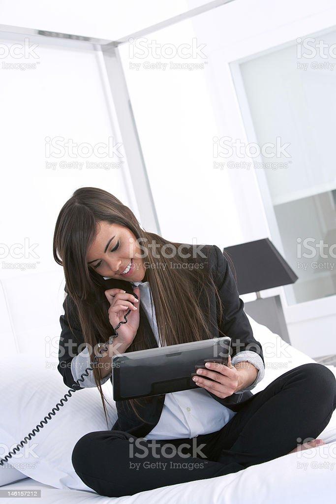 Jeune jolie Femme d'affaires avec une tablette. photo libre de droits