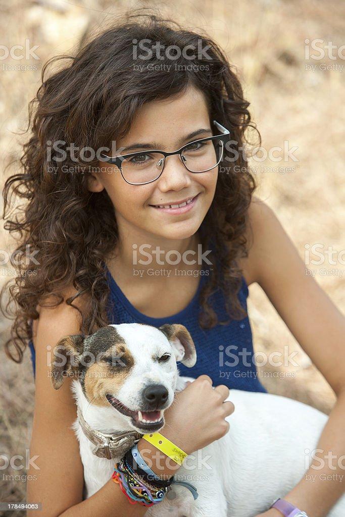 Jeune jolie fille avec son chien. photo libre de droits