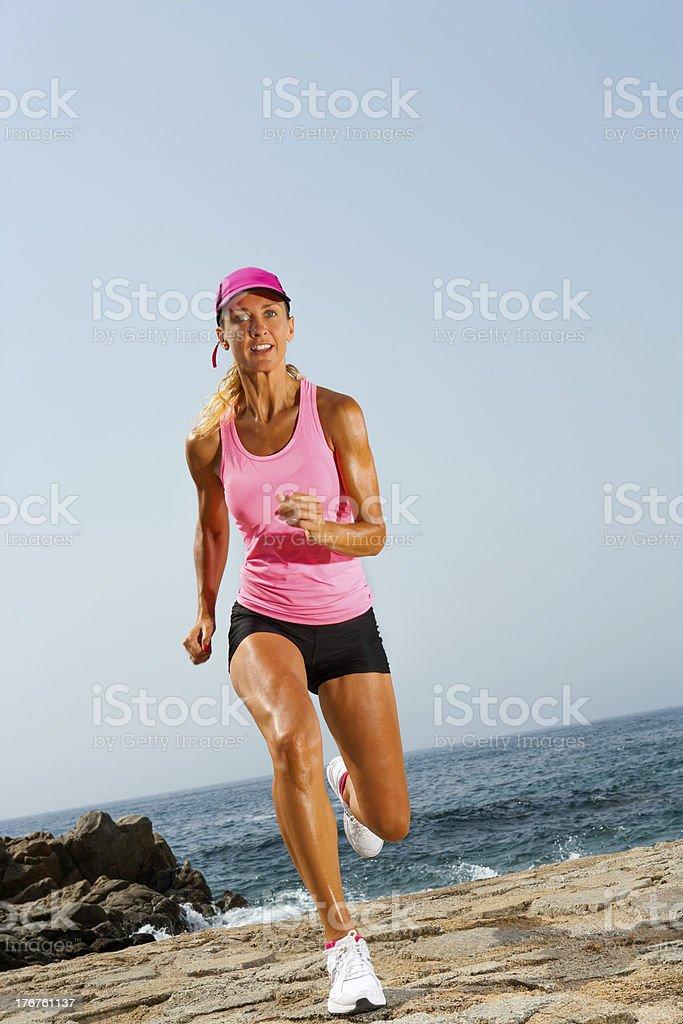 Jeune jolie femme courir en plein air. photo libre de droits