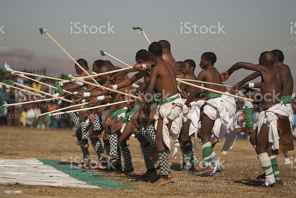 Jeunes hommes jouent au Basotho anniversaire du défilé avec très grand lit photo libre de droits