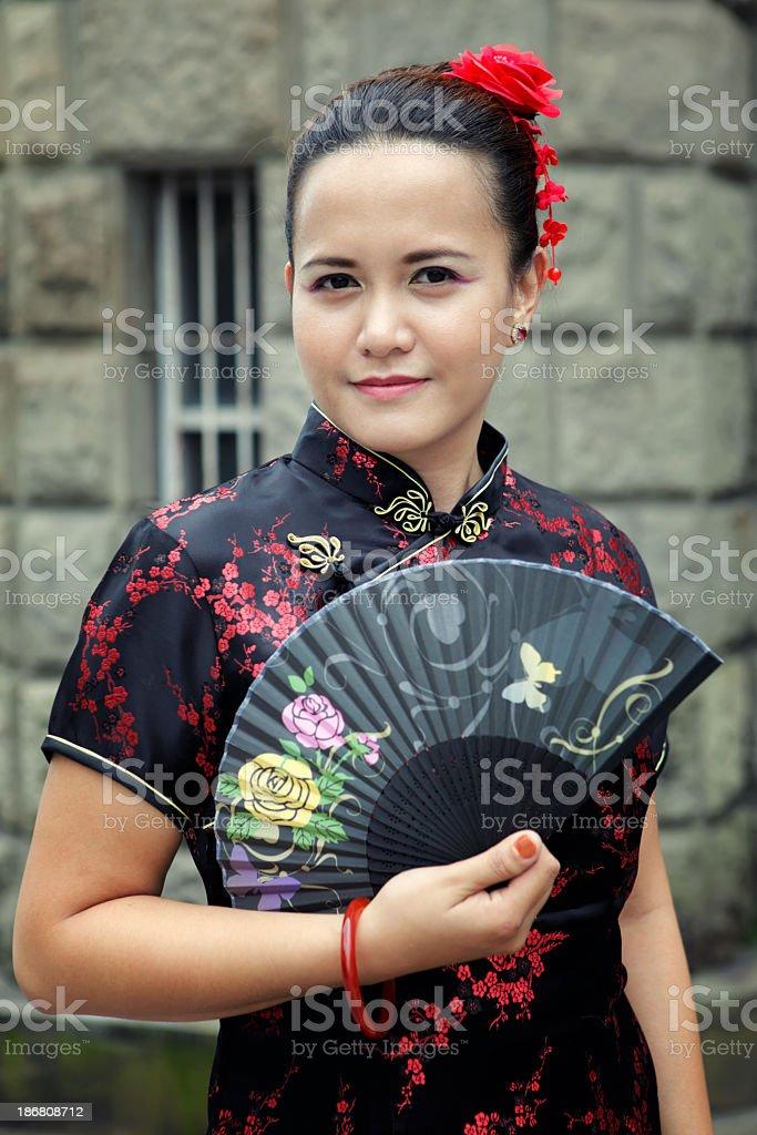 Junge schöne asiatische Frau in chinesische Kleid holding schwarz Lizenzfreies stock-foto